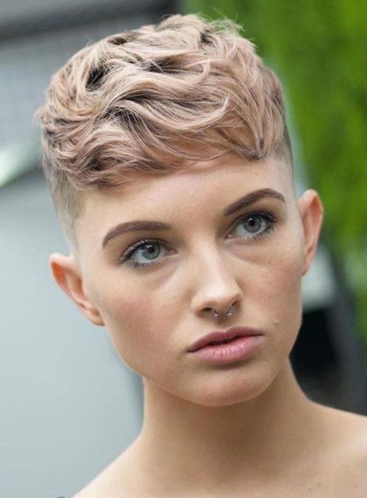 weißer weiblicher verblassender Haarschnitt