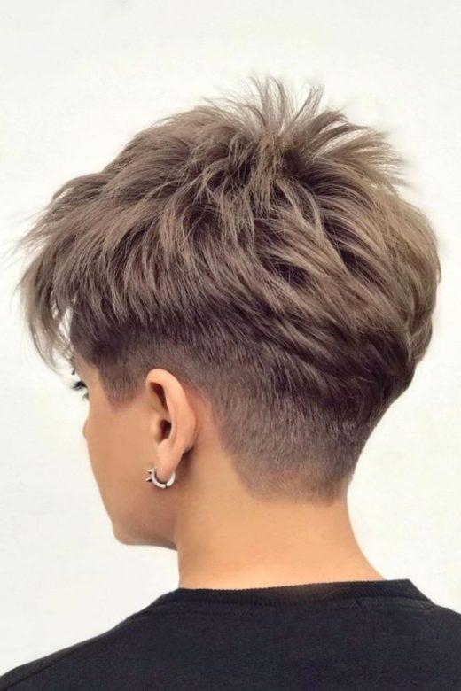 kurzer verblassender Haarschnitt