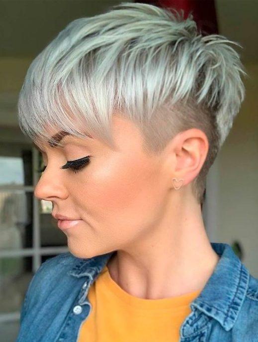 weiblicher weiblicher verblassender Haarschnitt