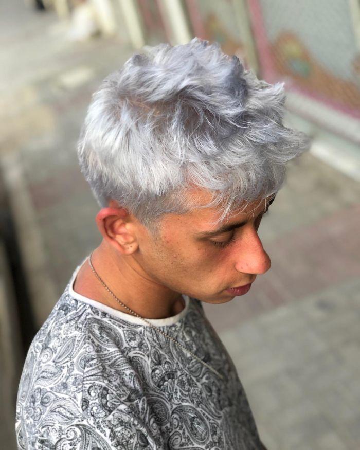 Unordentliches mittleres Haar