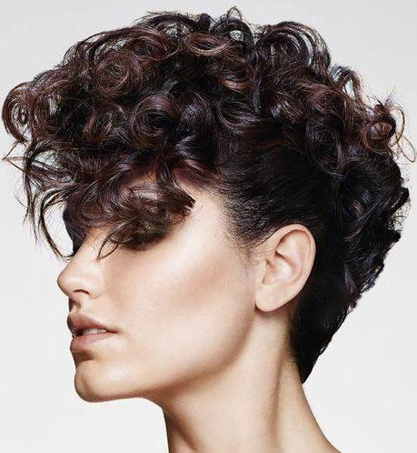 Nicht binäre Haarschnitte lockig