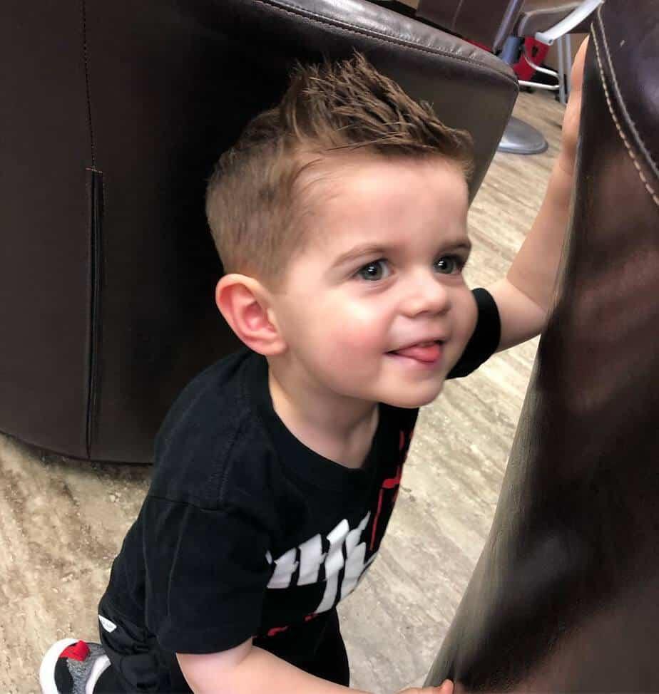 Einen guten Haarschnitt für Jungen 2022 je nach Alter finden