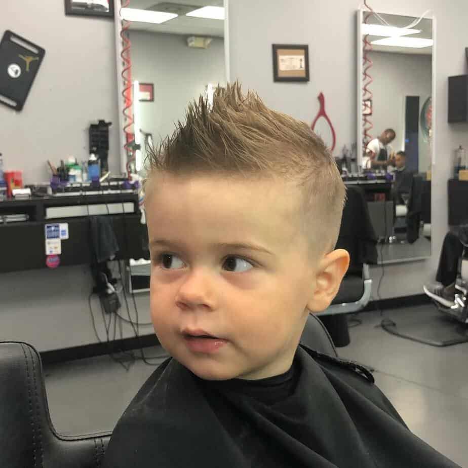 Ideen berühmter Stylisten zu coolen Haarschnitten für Jungen 2022