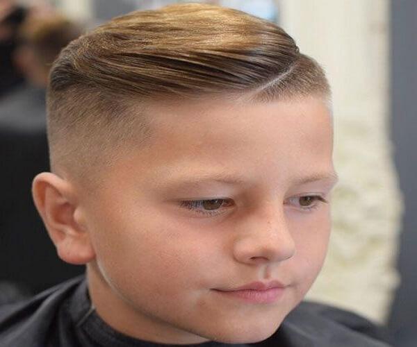Seitlich gefegter Haarschnitt mit rasiertem Undercut