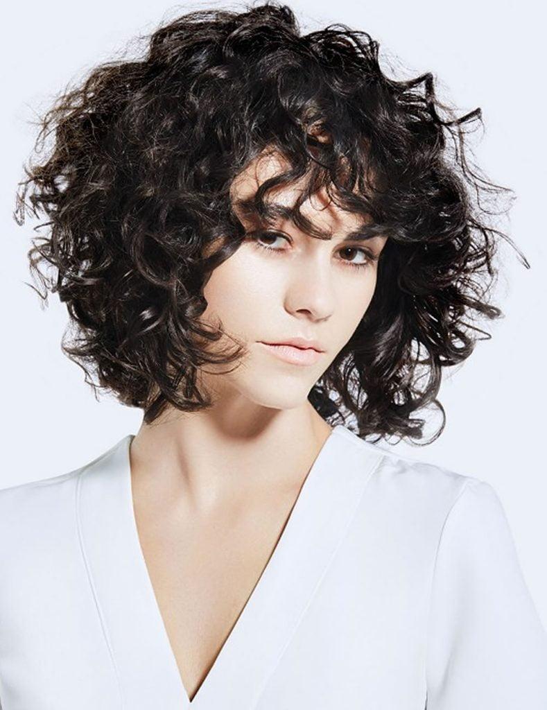 Wellenförmige Frisuren für Frauen in den Jahren 2021-2022