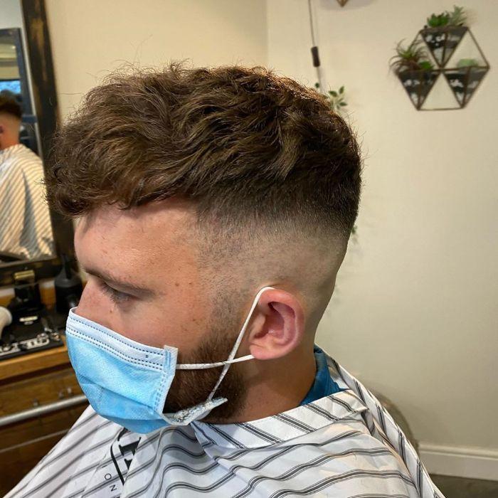 Kurze unordentliche Frisuren für Jungs