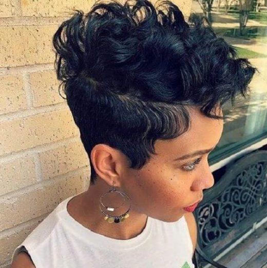 Seitenteil Pixie Cut schwarze Damen