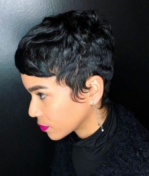 weiblicher lockiger Pixie-Haarschnitt