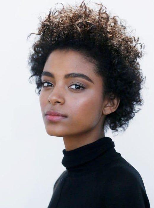 einfache natürliche Frisuren für schwarze Mädchen