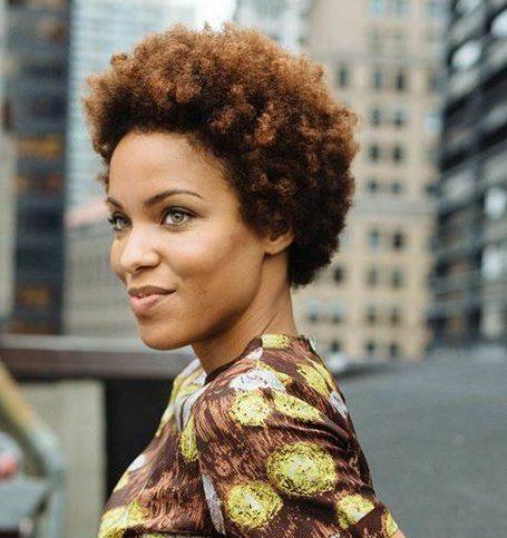 pflegeleichte kurze natürliche Haarschnitte für schwarze Frauen