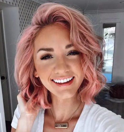 kurzes rosa Haar mit Pony