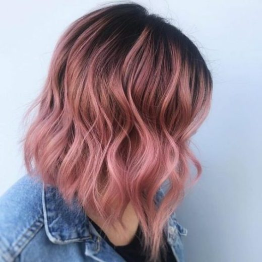 pastellrosa lockiges haar