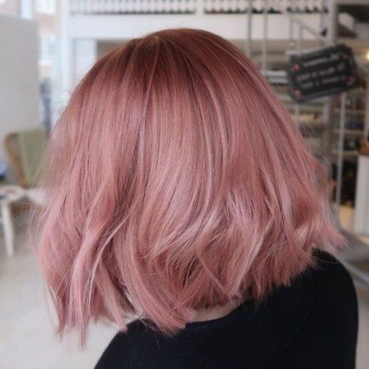 schulterlanges rosa kurzes Haar